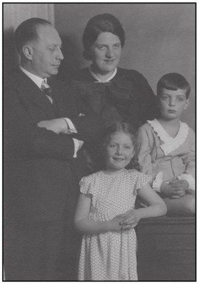 Charlotte Kahn (age 7) with her family