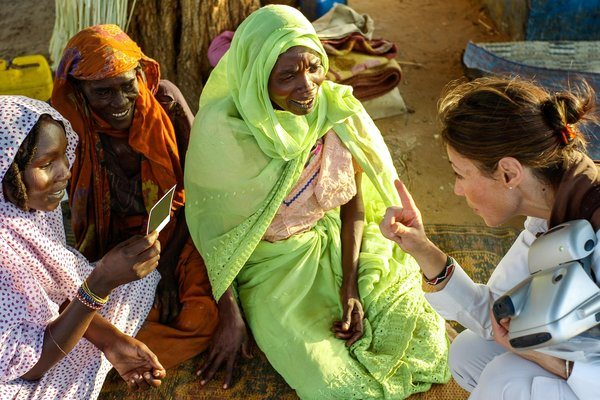 Ann Curry with women in Darfur_Photo: Antoine Sanfuentes