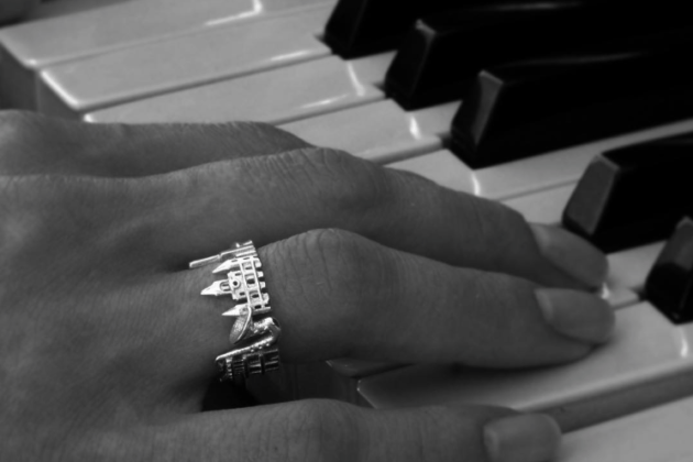 ola city ring black and white