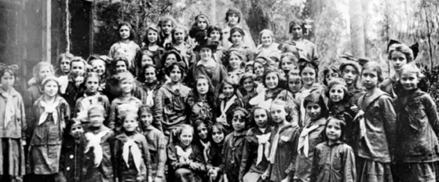 juliette gordon low with girl scouts